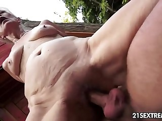 Mature Szuzanne plays with a youthfull shaft