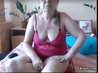 Sexy Mature babe fingering her pussy (8camz.com)
